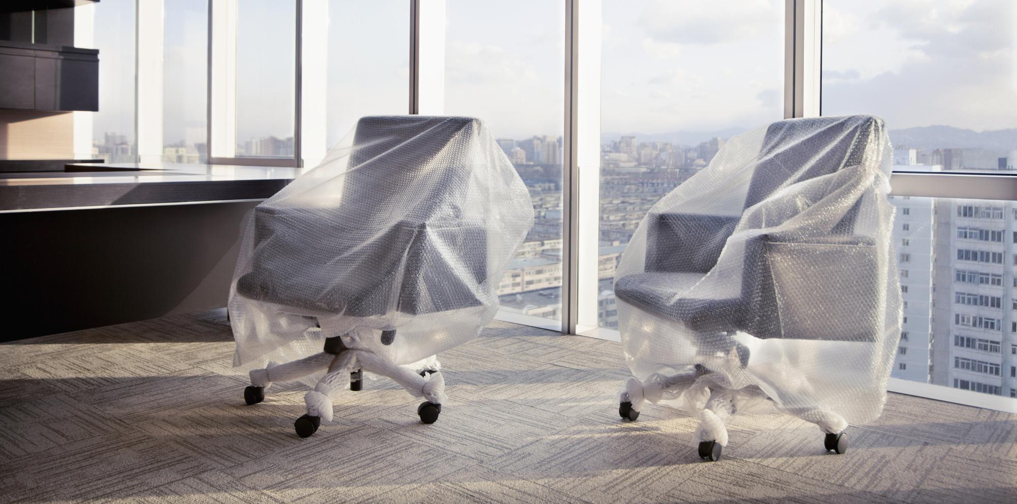 Mit Folie eingepackte Bürostühle