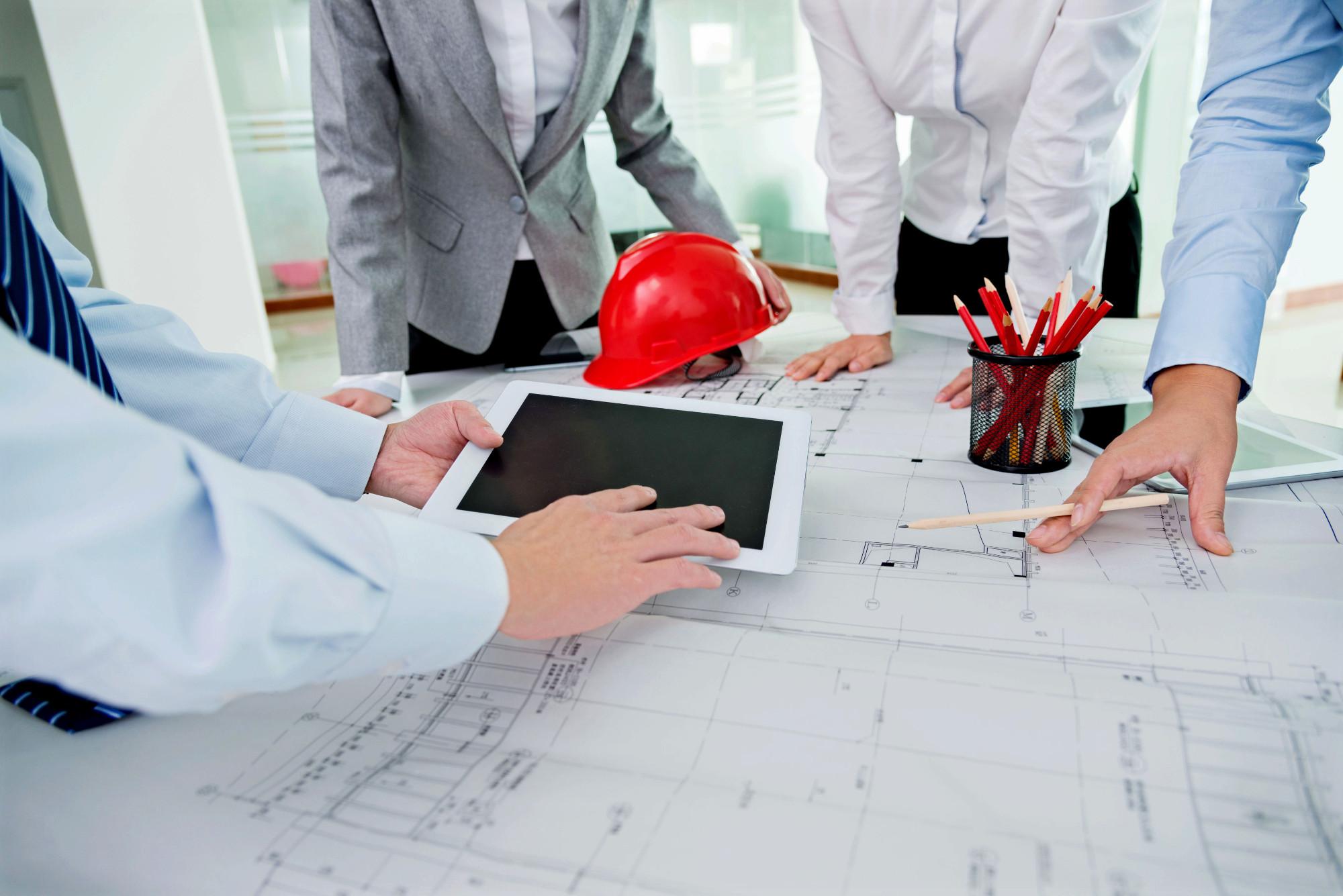 Eine Gruppe von Architekten plant die Raumaufteilung